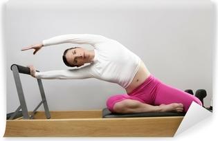 Fotomural Estándar Pilates gym mujer estirando el deporte en cama del reformador