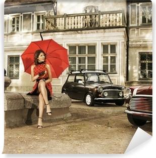 Fotomural Estándar Una sesión de moda de la vendimia con una mujer joven con un paraguas