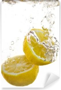 Vinyl-Fototapete 2 Hälften von Zitronen fallen ins Wasser und machen In Blasen