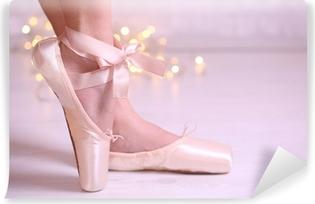 Vinyl-Fototapete Ballerina in Spitzenschuhe im Tanzsaal