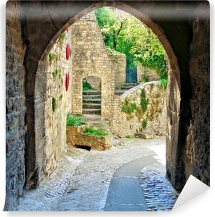 Vinyl-Fototapete Blick durch eine mittelalterliche Torbogen in einem Dorf in der Provence, Frankreich