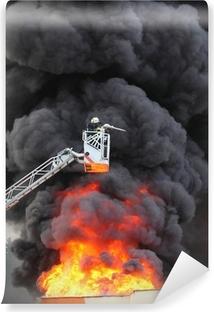 Vinyl-Fototapete Feuerwehrmann und brennendes Haus.