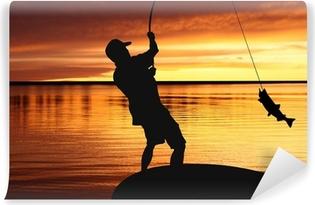 Vinyl-Fototapete Fischer mit einem Fang von Fischen auf Sonnenaufgang Hintergrund