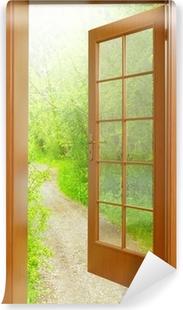 Vinyl-Fototapete Geöffnete Tür bis zum frühen Morgen im grünen Garten.