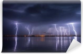 Vinyl-Fototapete Gewitter und Blitze in der Nacht über einem See mit reflaction