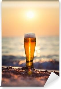 Vinyl-Fototapete Glas Bier auf einem Sonnenuntergang