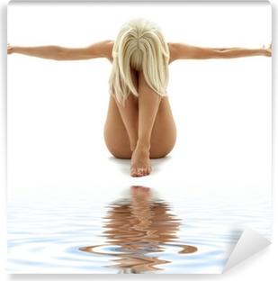 Vinyl-Fototapete Künstlerische Nacktheit Stil Bild der Frau auf weißem Sand
