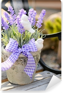 Vinyl-Fototapete Lavender in dem alten Topf auf der Bank. Hauptdekoration.