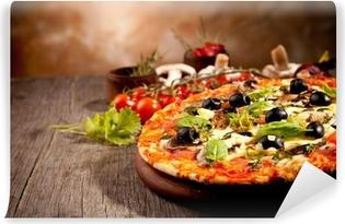 Vinyl-Fototapete Leckere frische Pizza serviert auf Holztisch
