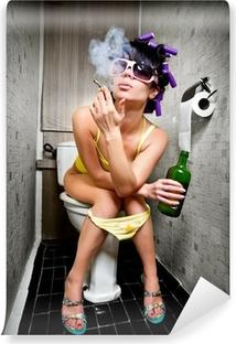 Vinyl-Fototapete Mädchen sitzt in einer Toilette