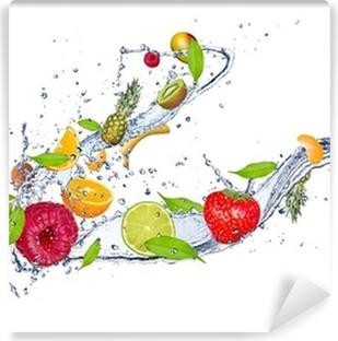 Vinyl-Fototapete Mischung aus Obst in Spritzwasser, isoliert auf weißem Hintergrund