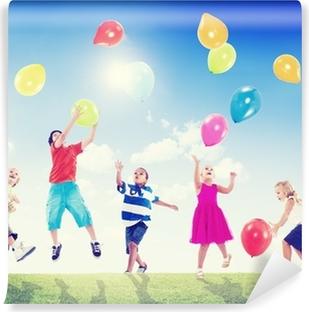 Vinyl-Fototapete Multikulturelle Kinder im Freien spielen mit Luftballons