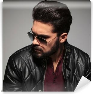 Vinyl-Fototapete Profil von einem jungen Mann mit Sonnenbrille und Lederjacke