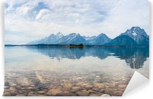 Vinyl-Fototapete Reflektierte Bergspitzen auf einem See