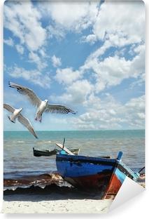 Vinyl-Fototapete Urlaubs-Erinnerung: Strand mit Fischerboot und Möwen