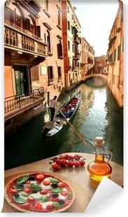 Vinyl-Fototapete Venedig mit italienische Pizza gegen Kanal in Italien