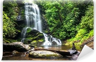 Vinyl-Fototapete Wasserfall mitten im Waldgrün