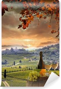 Vinyl-Fototapete Weißwein mit Spitzenhülse im Weinberg, Chianti, Toskana, Italien
