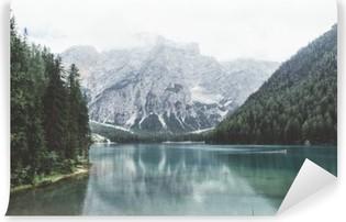 Vinyl-Fototapete Wildsee mit grünem Wasser und Berge mit trees__