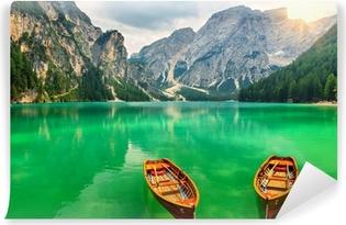 Vinyl-Fototapete Wunderbare Bergsee und Boote in den Dolomiten, Italien