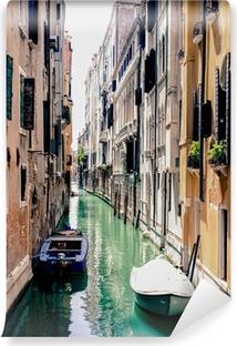 Fototapet av Vinyl En smal kanal i Venedig