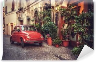 Gamle vintage kult bil parkeret på gaden ved restauranten, i Vinyl fototapet