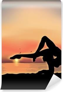 Gymnast udøver nær havet Vinyl fototapet