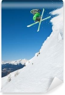 Fototapet av Vinyl Hoppande skidåkare i fjällen