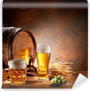 Fototapet av Vinyl Öl fat med ölglas på ett träbord.