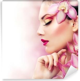 Smuk pige med orkidé blomster. Perfekt Make-up Vinyl fototapet
