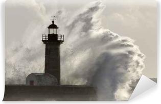 Fototapet av Vinyl Stor stormig havsvåg sprut över fyren