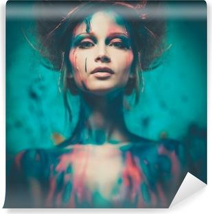 Fototapet av vinyl Ung kvinne muse med kreativ kroppskunst og frisyre