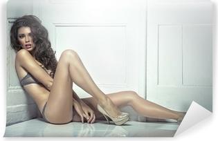 Fototapet av Vinyl Vacker förförisk ung kvinna i sexiga underkläder