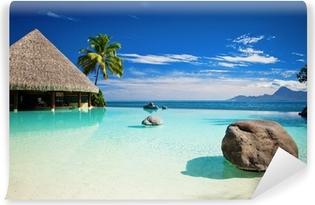 Fototapeta winylowa Basen bez krawędzi ze sztuczną plażę i ocean