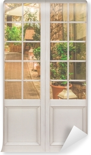 Fototapeta winylowa Białe drzwi - ulica we Włoszech