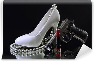 Fototapeta winylowa Białe szpilki z pistoletem szminki i płci i przestępczością