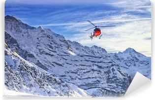 Vinylová Fototapeta Červený vrtulník letící na švýcarských Alp nedaleko horské Jungfrau