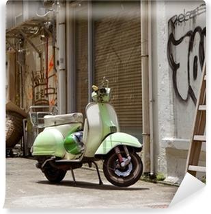 Vinylová Fototapeta Classic zelená starý skútr v postranní uličce v centru Hong Kong