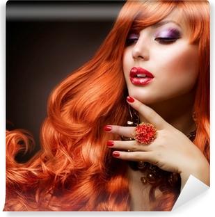 Fototapeta winylowa Czerwone faliste włosy. Moda portret dziewczyny