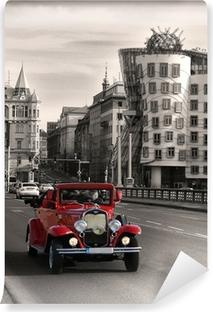 Fototapeta winylowa Czerwone piękne samochody zabytkowe w Pradze