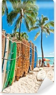 Fototapeta winylowa Deski surfingowe w stojaku na Waikiki Beach