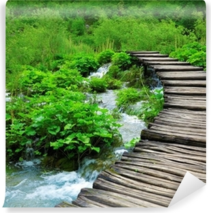 Fototapeta winylowa Drewniana ścieżka i wodospad w Plitvice National Park