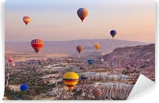 Vinylová Fototapeta Horkovzdušný balón letí přes Kappadokie Turecko