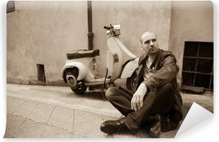 Vinylová Fototapeta Italy Style. Mladý muž sedící poblíž svém skútru.