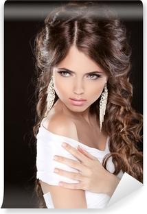7bc3c318e832 Vinylová fototapeta Krásná žena s kudrnatými vlasy a večerní make-up  izolovaných na