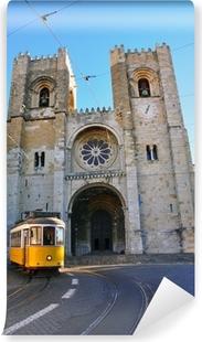 Vinylová fototapeta Lisabon tramvaj v Se katedrále