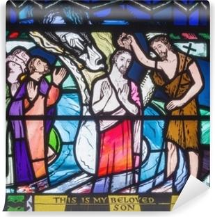 Fototapeta winylowa Londyn, Wielka Brytania - 16 września 2017: babtism of jesus cene na witraż w kościele st etheldreda przez charles blakeman (1953 - 1953).