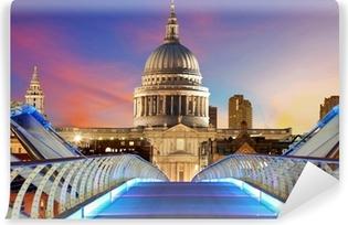Fototapeta winylowa Millennium Bridge prowadzi do katedry Świętego Pawła w centrum Lon