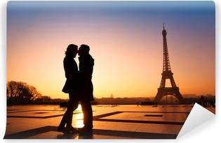 Vinylová Fototapeta Milující pár líbání na Eiffelova věž pozadí, Paříž, Francie