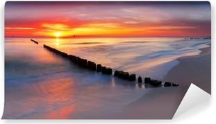 Fototapeta winylowa Morze Bałtyckie w pięknym wschodem słońca w plaży Polsce.